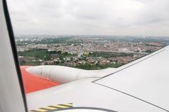 το αεροπλάνο όντας έχει αφαιρούμενο το εικόνα παράθυρο όψης Στοκ Εικόνα