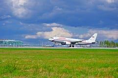 Το αεροπλάνο airbus αερογραμμών Rossiya A320 οδηγά στο διάδρομο μετά από να προσγειωθεί στο διεθνή αερολιμένα Pulkovo στην Άγιος- Στοκ εικόνες με δικαίωμα ελεύθερης χρήσης
