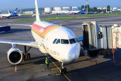 Το αεροσκάφος αερογραμμών του Iberia προετοιμάζεται για τους επιβιβαμένος επιβάτες μέσω μιας τηλεσκοπικής σκάλας στον αερολιμένα  Στοκ Εικόνες