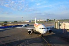 Το αεροσκάφος αερογραμμών του Iberia προετοιμάζεται για τους επιβιβαμένος επιβάτες μέσω μιας τηλεσκοπικής σκάλας στον αερολιμένα  Στοκ Φωτογραφίες