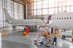 Το αεροσκάφος κατά τη διάρκεια της επισκευής, τεχνική επιθεώρηση είναι εργαζόμενος τεχνικός Άποψη της μύτης, ένα πιλοτήριο με μια Στοκ φωτογραφία με δικαίωμα ελεύθερης χρήσης