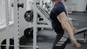 Το αθλητικό άτομο εκτελεί τις στάσεις οκλαδόν ταχύτητας στη γυμναστική απόθεμα βίντεο
