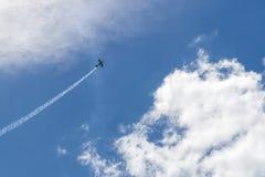 Το αθλητικό αεροπλάνο αφήνει ένα ίχνος αντιστροφής ενάντια στον όμορφο ουρανό στοκ φωτογραφία