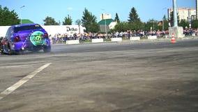 Το αθλητικό αυτοκίνητο παρασύρει σε σε αργή κίνηση απόθεμα βίντεο