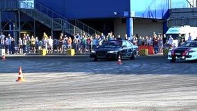 Το αθλητικό αυτοκίνητο παρασύρει σε σε αργή κίνηση φιλμ μικρού μήκους