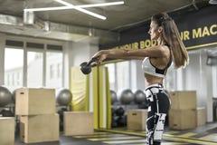 Το αθλητικό κορίτσι ασκεί στη γυμναστική Στοκ Εικόνα
