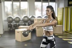 Το αθλητικό κορίτσι ασκεί στη γυμναστική Στοκ Φωτογραφία