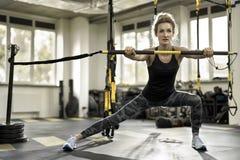 Το αθλητικό κορίτσι ασκεί στη γυμναστική Στοκ φωτογραφία με δικαίωμα ελεύθερης χρήσης