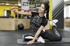 Το αθλητικό κορίτσι ασκεί στη γυμναστική Στοκ Φωτογραφίες