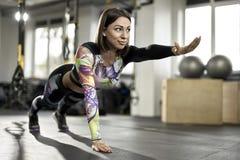 Το αθλητικό κορίτσι ασκεί στη γυμναστική Στοκ εικόνες με δικαίωμα ελεύθερης χρήσης