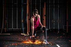 Το αθλητικό κορίτσι επιλύει στη γυμναστική με ένα φλογερό kettlebell Στοκ φωτογραφίες με δικαίωμα ελεύθερης χρήσης