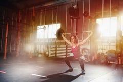 Το αθλητικό κορίτσι επιλύει στη γυμναστική με ένα barbell Στοκ Εικόνα