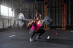Το αθλητικό κορίτσι επιλύει στη γυμναστική με ένα barbell Στοκ φωτογραφία με δικαίωμα ελεύθερης χρήσης