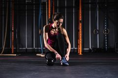 Το αθλητικό κορίτσι επιλύει στη γυμναστική με ένα kettlebell Στοκ φωτογραφία με δικαίωμα ελεύθερης χρήσης