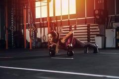 Το αθλητικό κορίτσι επιλύει στη γυμναστική με ένα kettlebell Στοκ Εικόνες