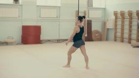 Το αθλητικό κορίτσι στη γυμναστική κάνει να κάνει τούμπα μπροστά, χωρίς να αγγίξει απόθεμα βίντεο