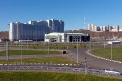 Το αθλητικό παλάτι του χώρου πάγου λευκόχρυσου στη γειτονιά ήρεμη ξημερώνει της πόλης Krasnoyarsk, που χτίζεται για το χειμώνα Un στοκ φωτογραφία με δικαίωμα ελεύθερης χρήσης