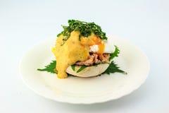 Το λαθραίο αυγό αγγλικά muffins που ψήνονται, ο τόνος, και εύγευστος βουτυρώδης η σάλτσα με το φύλλο Shiso Στοκ εικόνες με δικαίωμα ελεύθερης χρήσης