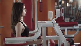 Το αθλητικό κορίτσι είναι σε μια γυμναστική απόθεμα βίντεο