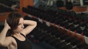Το αθλητικό κορίτσι είναι σε μια γυμναστική φιλμ μικρού μήκους