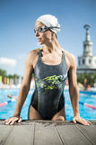 Το αθλητικό κορίτσι κολυμπά τη λίμνη στοκ εικόνα