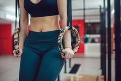 Το αθλητικό κορίτσι προετοιμάζεται για μια άσκηση στα δαχτυλίδια Στοκ φωτογραφία με δικαίωμα ελεύθερης χρήσης