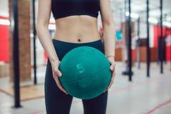 Το αθλητικό κορίτσι προετοιμάζεται για την άσκηση με τη σφαίρα Στοκ φωτογραφία με δικαίωμα ελεύθερης χρήσης