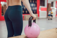 Το αθλητικό κορίτσι προετοιμάζεται να ασκήσει με το kettlebel Στοκ εικόνα με δικαίωμα ελεύθερης χρήσης