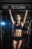 Το αθλητικό νέο προκλητικό κορίτσι σηκώνει στο φραγμό στη γυμναστική Στοκ Εικόνες