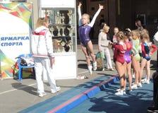Το αθλητικό σχολείο γυμναστικής παρουσιάζει Στοκ Φωτογραφίες
