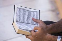 Το αιγυπτιακό άτομο που διαβάζει το βιβλίο του Ισλάμ, Al Quran είναι ένα ιερό βιβλίο της ισλαμικής θρησκείας, Al-Quran υπό εξέτασ Στοκ φωτογραφία με δικαίωμα ελεύθερης χρήσης