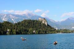 Το αιμορραγημένο Castle από τη βάρκα στη λίμνη που αιμορραγείται, Σλοβενία Στοκ φωτογραφία με δικαίωμα ελεύθερης χρήσης