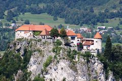 Το αιμορραγημένο Castle που σκαρφαλώνει στον απότομο βράχο, Gorenjska, Σλοβενία Στοκ φωτογραφίες με δικαίωμα ελεύθερης χρήσης