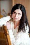 Το αισθησιακό κορίτσι σε μια έδρα Στοκ Φωτογραφίες