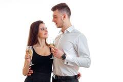 Το αισθησιακό νέο ζεύγος ερωτευμένο πίνει τη σαμπάνια και το χαμόγελο σε κάθε άλλοι Στοκ φωτογραφίες με δικαίωμα ελεύθερης χρήσης