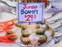 Το ακατέργαστο γιγαντιαίο scampi γαρίδων για την πώληση σε ένα ψάρι αντιμετωπίζει Στοκ εικόνες με δικαίωμα ελεύθερης χρήσης