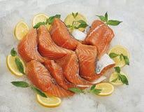 Το ακατέργαστο κόκκινο ψάρι τεμαχίζεται, έτοιμος για την πώληση σε μια υπεραγορά Στοκ φωτογραφία με δικαίωμα ελεύθερης χρήσης