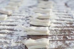 Το ακατέργαστο ραβδί ζύμης προετοιμάζεται για το τσιγαρισμένο ραβδί ζύμης Στοκ εικόνες με δικαίωμα ελεύθερης χρήσης