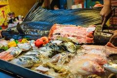 Το ακατέργαστο ψάρι sward στην πώληση πάγου στη φρέσκια αγορά θαλασσινών σε Lipe είναι Στοκ Εικόνες