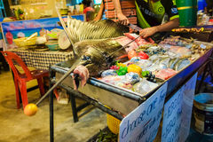 Το ακατέργαστο ψάρι sward στην πώληση πάγου στη φρέσκια αγορά θαλασσινών σε Lipe είναι Στοκ Φωτογραφίες