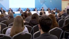 Το ακροατήριο ακούει τον ομιλητή στη διάσκεψη φιλμ μικρού μήκους