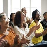 Το ακροατήριο επιδοκιμάζει το χτύπημα της έννοιας κατάρτισης εκτίμησης ευτυχίας στοκ φωτογραφίες