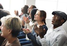 Το ακροατήριο επιδοκιμάζει το χτύπημα της έννοιας κατάρτισης εκτίμησης ευτυχίας στοκ εικόνα με δικαίωμα ελεύθερης χρήσης