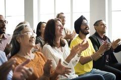 Το ακροατήριο επιδοκιμάζει το χτύπημα της έννοιας κατάρτισης εκτίμησης Happines στοκ εικόνες