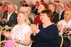 Το ακροατήριο και το ακροατήριο είναι αποσυρμένοι, ηλικιωμένοι παλαίμαχοι Δεύτερου Παγκόσμιου Πολέμου και οι συγγενείς τους Στοκ Εικόνα