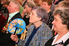 Το ακροατήριο και το ακροατήριο είναι αποσυρμένοι, ηλικιωμένοι παλαίμαχοι Δεύτερου Παγκόσμιου Πολέμου και οι συγγενείς τους Στοκ Φωτογραφίες