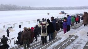 Το ακροατήριο και το τρακτέρ ανθρώπων προετοιμάζουν τον ιππόδρομο για τον αγώνα αλόγων το χειμώνα 4K απόθεμα βίντεο