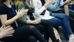 Το ακροατήριο νεολαίας επιδοκιμάζει δυνατά μετά από την ομιλία του ομιλητή απόθεμα βίντεο