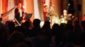 Το ακροατήριο που προσέχει μια συναυλία τζαζ στη αίθουσα συναυλιών φιλμ μικρού μήκους