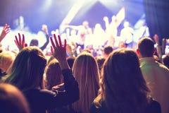 Το ακροατήριο που προσέχει τη συναυλία στη σκηνή στοκ φωτογραφίες με δικαίωμα ελεύθερης χρήσης